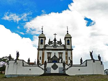 Foto van kerk met de standbeelden van Alejadinho