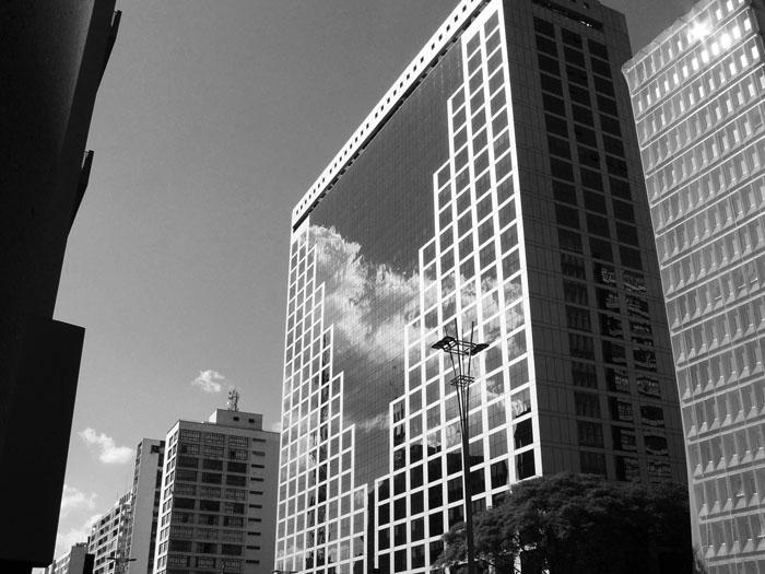 Foto van groot glazen gebouw met reflectie