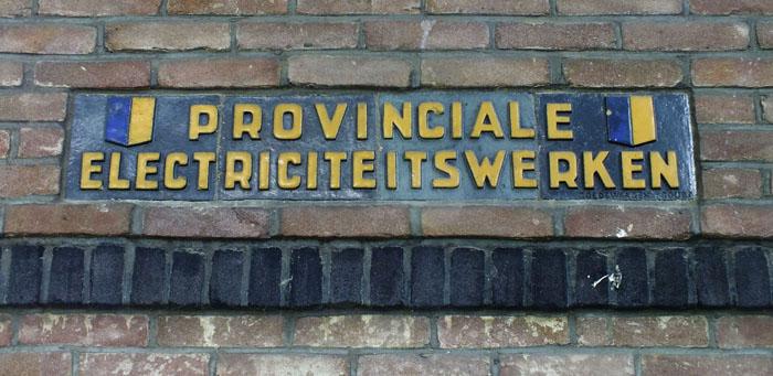 Foto van ingemetselde tegels met tekst: Provinciale Electriciteitswerken