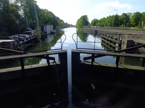Foto van sluisdeuren in kanaal
