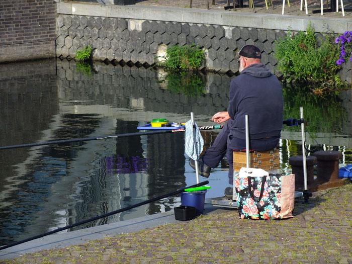 Foto van visser op de kade