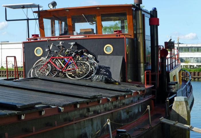 Fietsen op luiken van oude vrachtboot