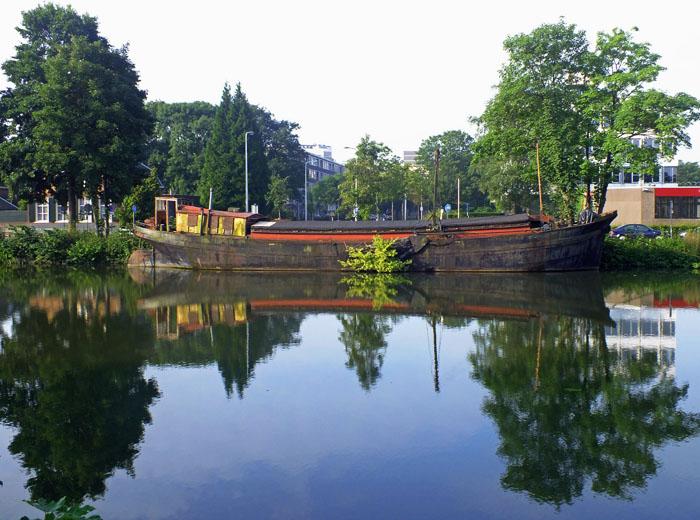 Foto van boot op kanaal met bomen