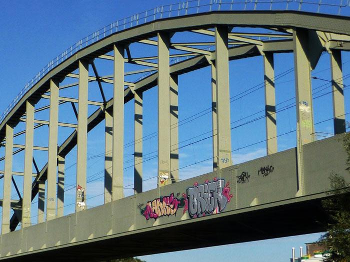 Foto van spoorbrug met graffiti