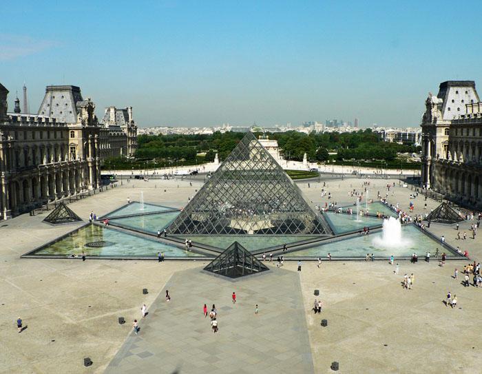 Foto van glazen pyramide voor museum het Louvre