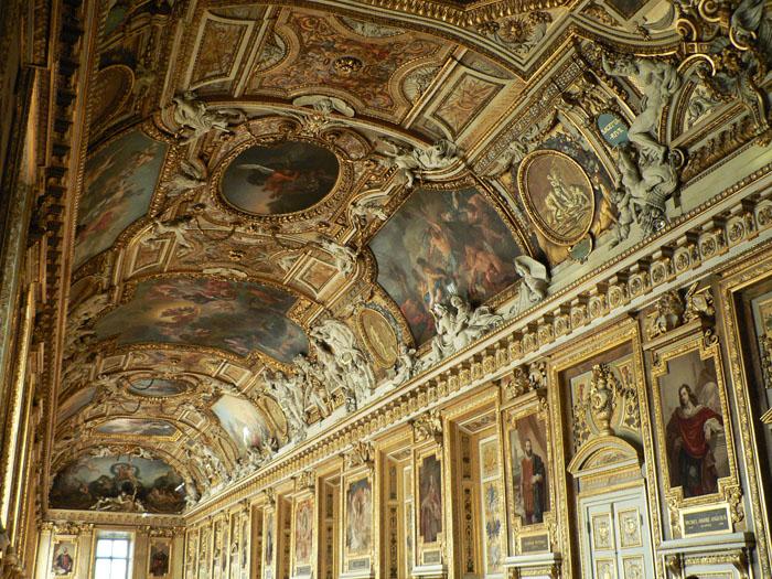 Foto van rijk versierde zaal in het Louvre