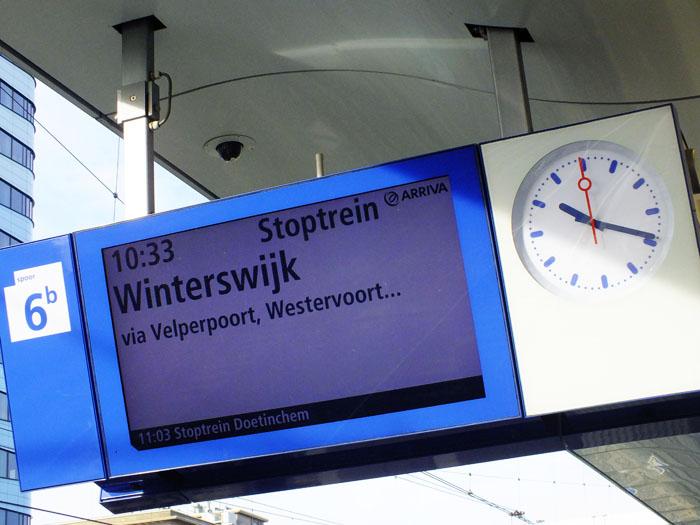 Foto van koersbord op station