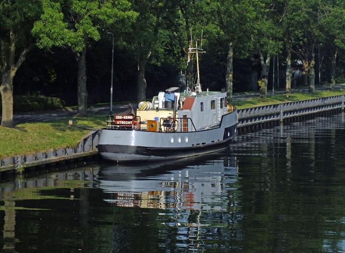 Foto van boot in kanaal met spiegeling
