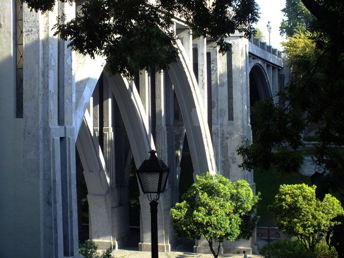 Foto van viaduct met hoge bogen in Madrid