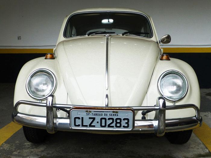 Foto van voorkant cremekleurige Volkswagen Kever | Fusca