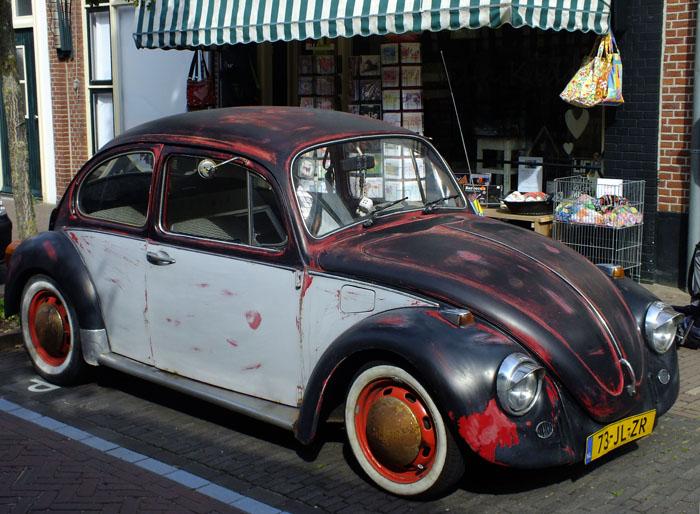 Foto van grijs-rood-zwarte Volkswagen Kever