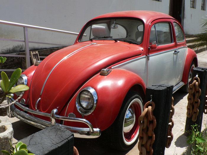 Foto van rode Volkswagen Kever | Fusca met grijze zijpanelen