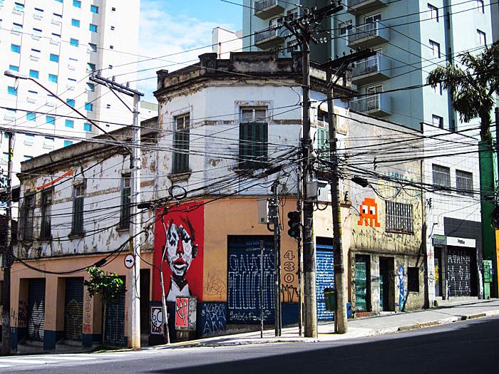 Foto van laagbouw met graffiti