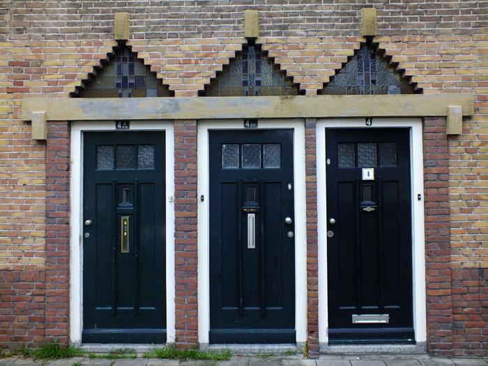 Foto van drie deuren naast elkaar
