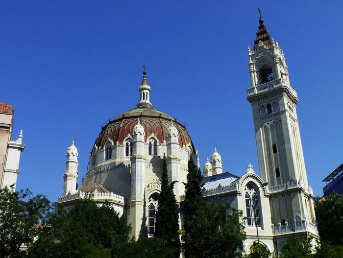 Foto van kerk met koepel en toren