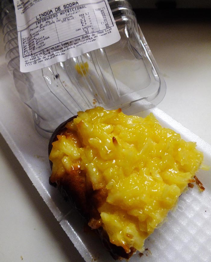 Foto van langwerpig zoet broodje met gele laag bovenop