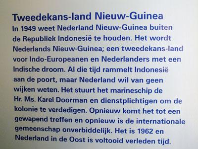 Foto van bordje met tekst over Nieuw-Guinea