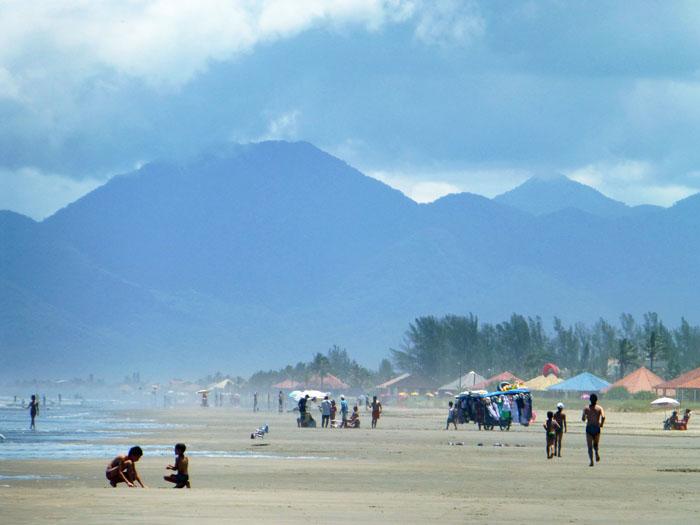 Foto van strand met bergen op de achtergrond