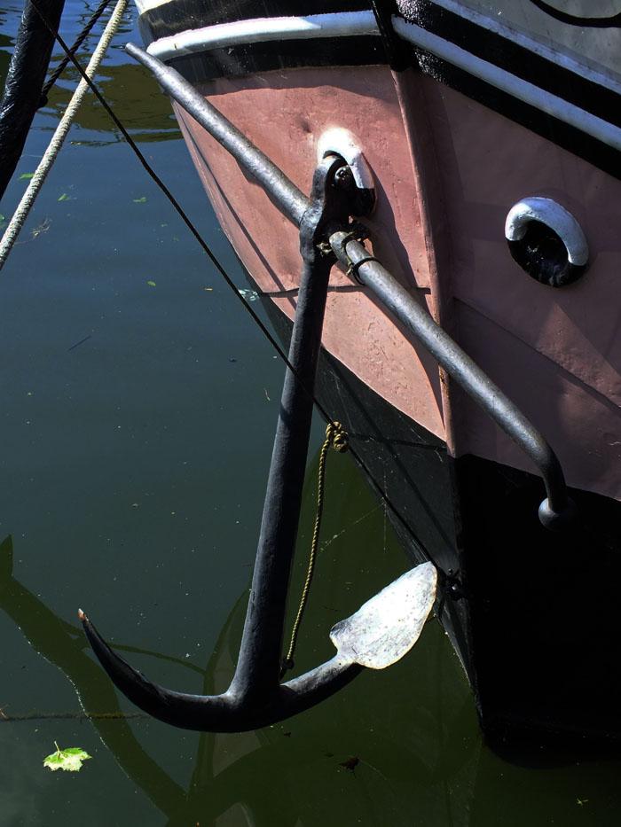 Foto van anker van roze schip