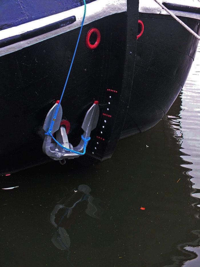 Foto van boeg met anker en reflectie in water