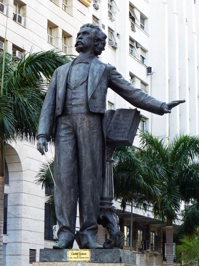 Foto van standbeeld van componist Carlos Gomes
