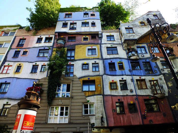 Foto van kleurige appartementen