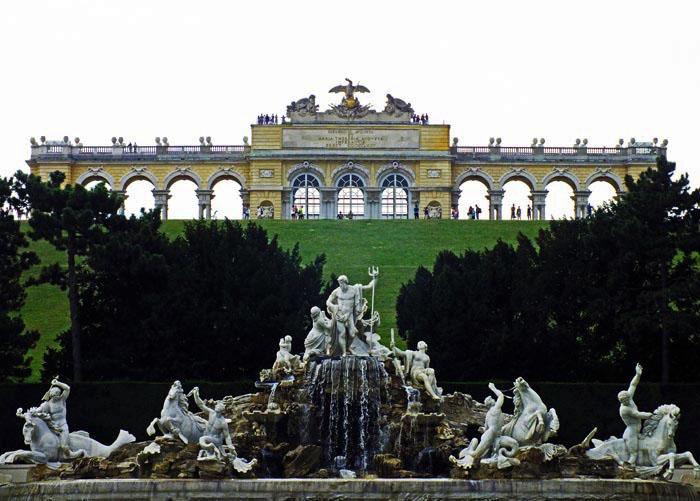 Foto van fontein en (groot) prieel