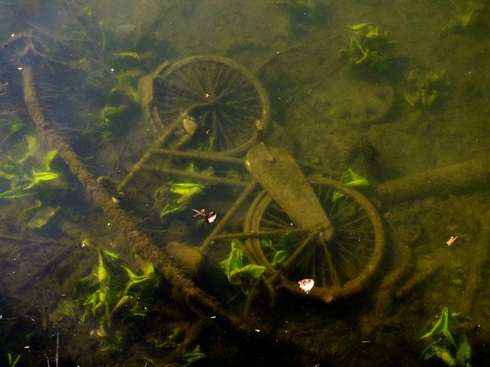 Foto van fiets onder water
