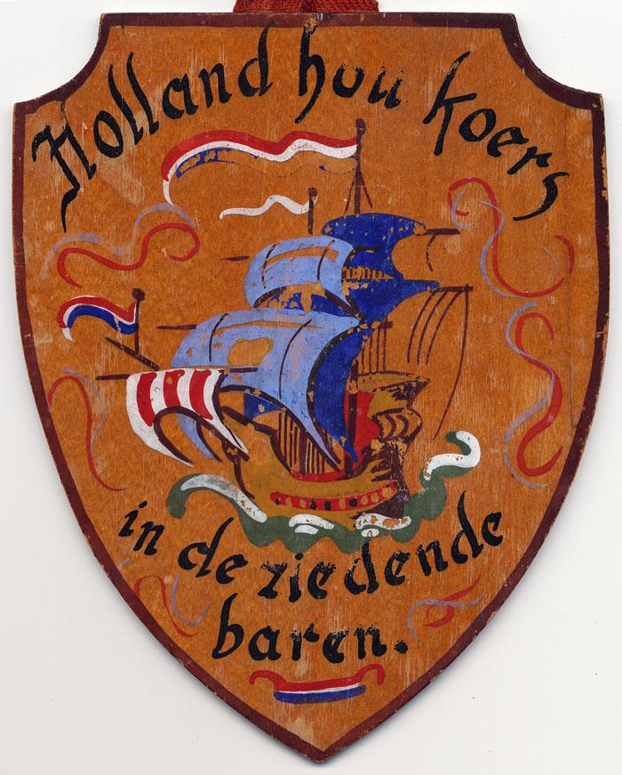 Foto van houten wapenschild met zeilschip