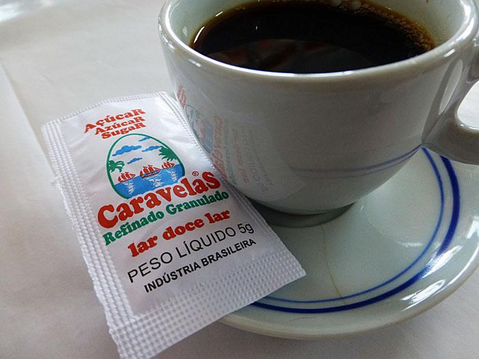 Foto van kopje koffie en suikerzakje
