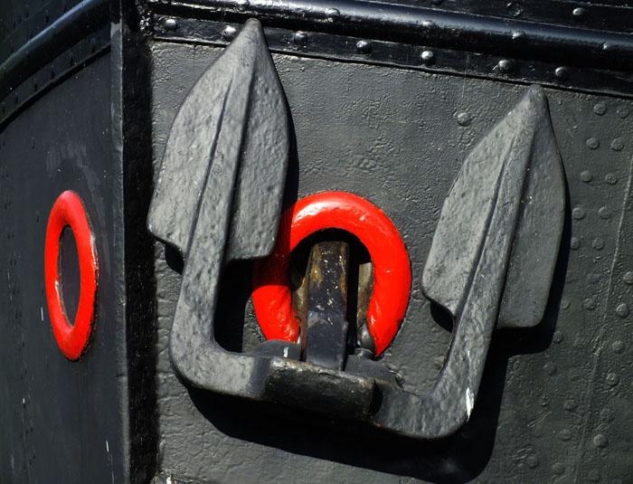Foto van anker van boot met rode kluisgaten