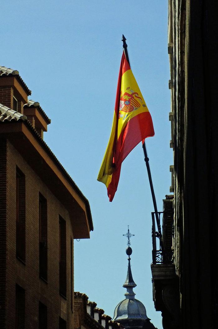 Foto van Spaanse vlag in steegje