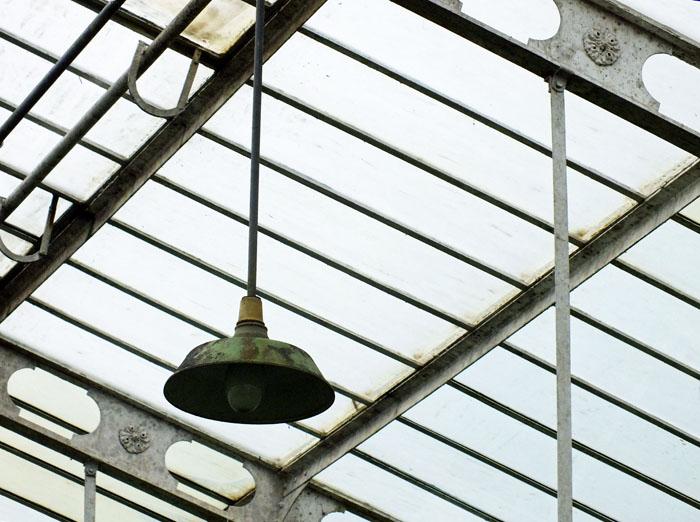 Foto van dak van broeikas met lamp