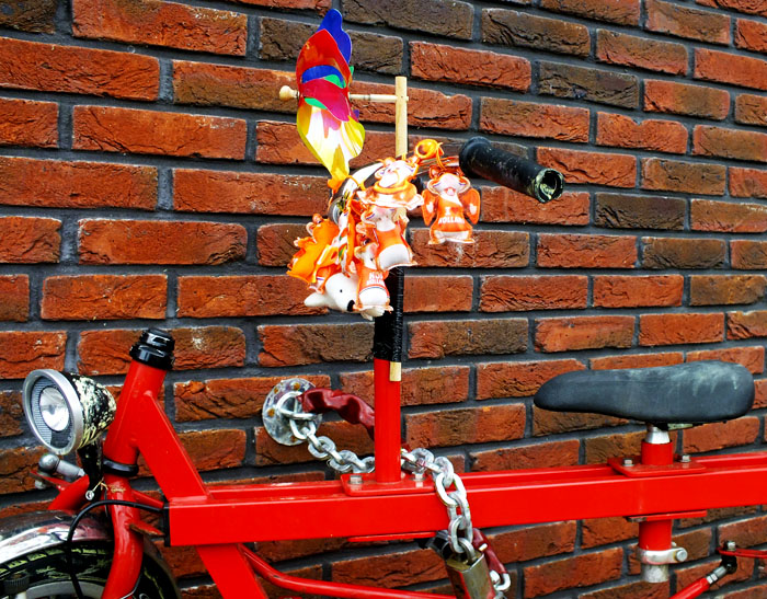 Foto van fiets met oranjeprullaria
