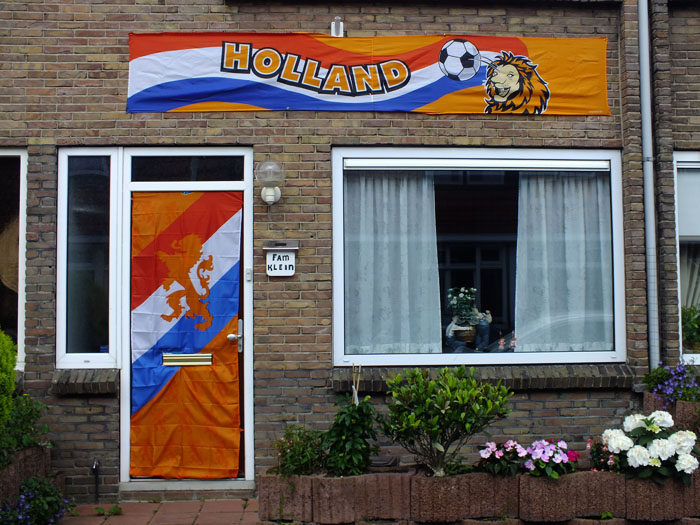 Foto van voor voetbal versierd huis