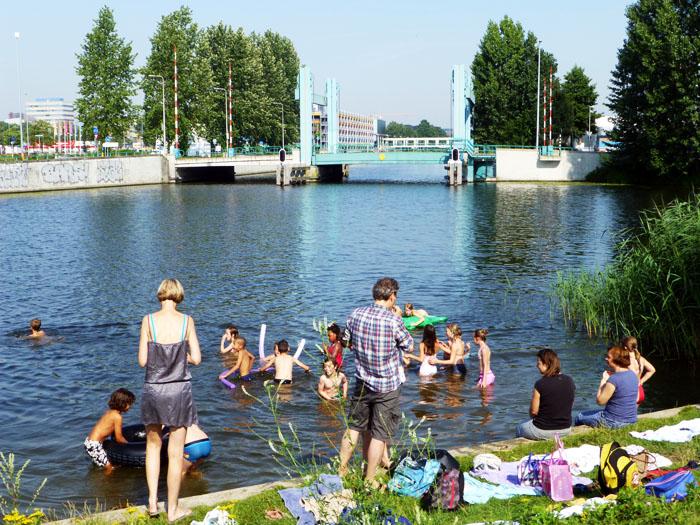 Foto van kinderen in kanaal
