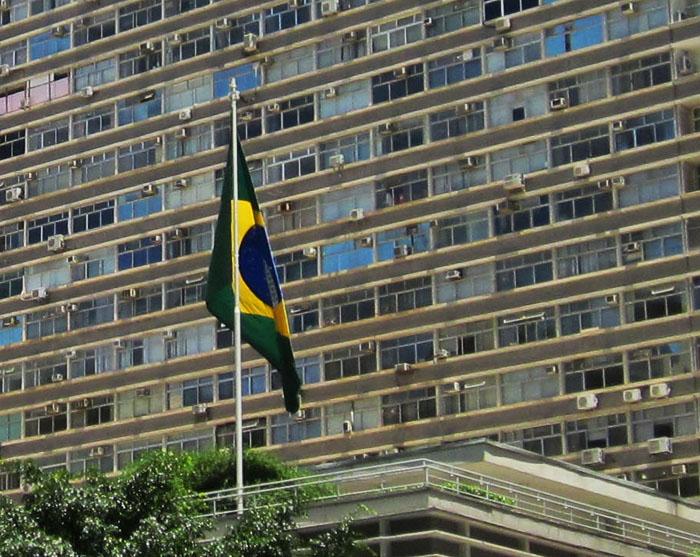 Foto van Braziliaanse vlag voor groot gebouw