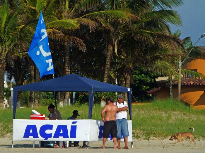 Foto van stalletje op het strand dat açaí verkoopt