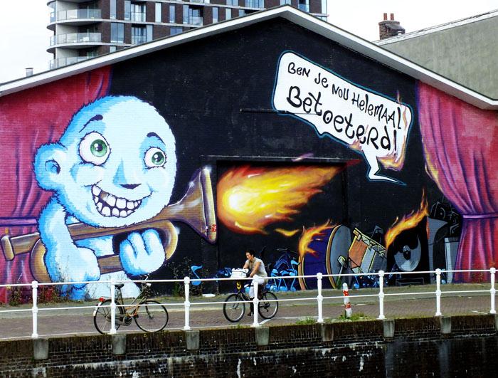 Foto van kademuur en vrolijk beschilderde muziekhal
