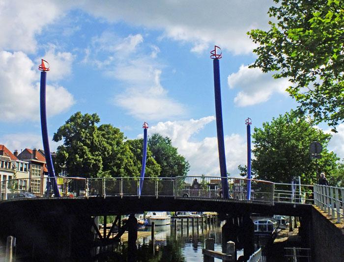 Foto van brug met blauwe palen