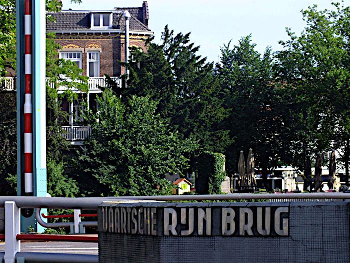 Foto van naam op brug
