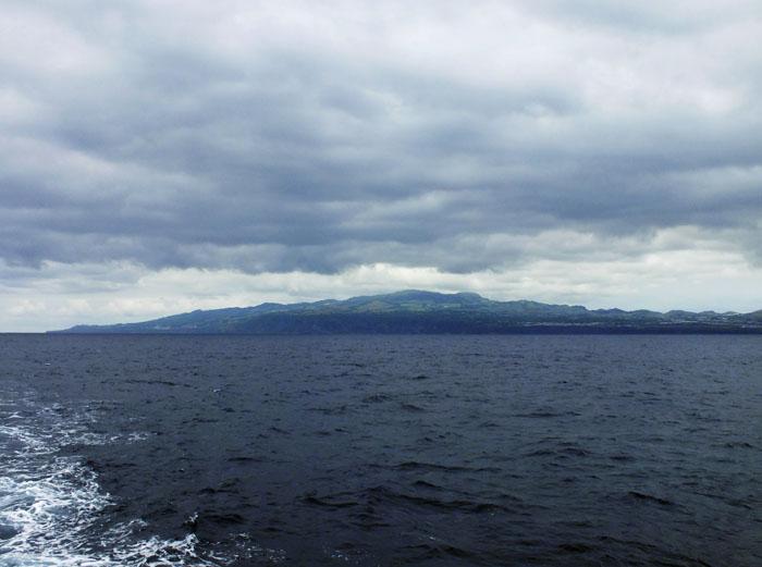 Foto van eiland onder wolken