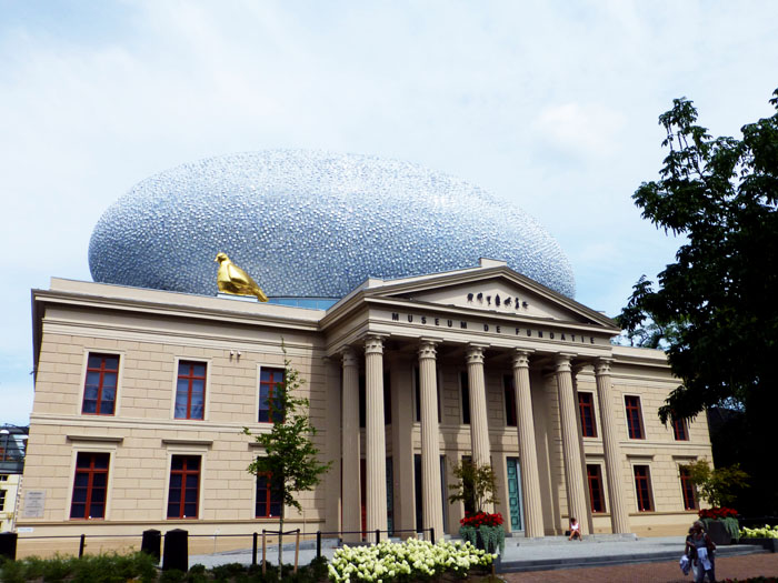 Foto van museum met blauwe ovaal op dak