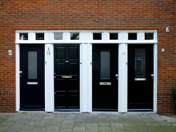 Foto van vier voordeuren pal naast elkaar
