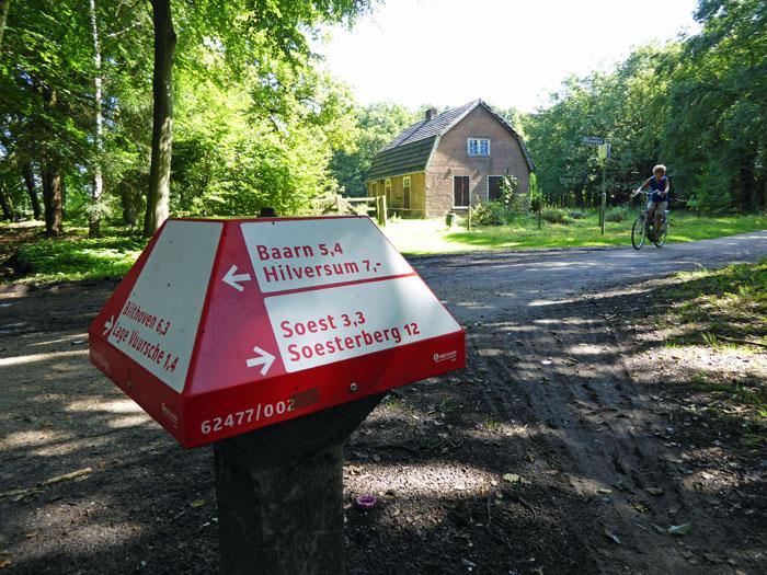 Foto van ANWB-paddestoel aan bosweg met huis