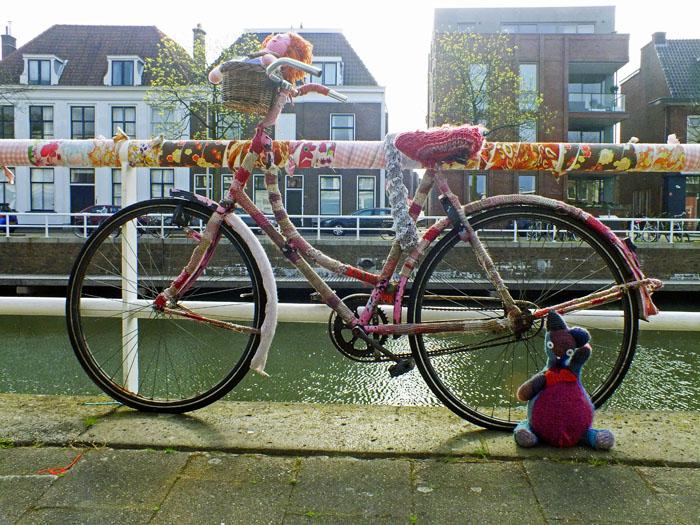 Foto van fiets met gehaakte of gebreide 'trui'