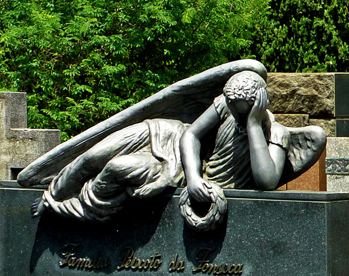 Foto van liggende engel steunend op elleboog