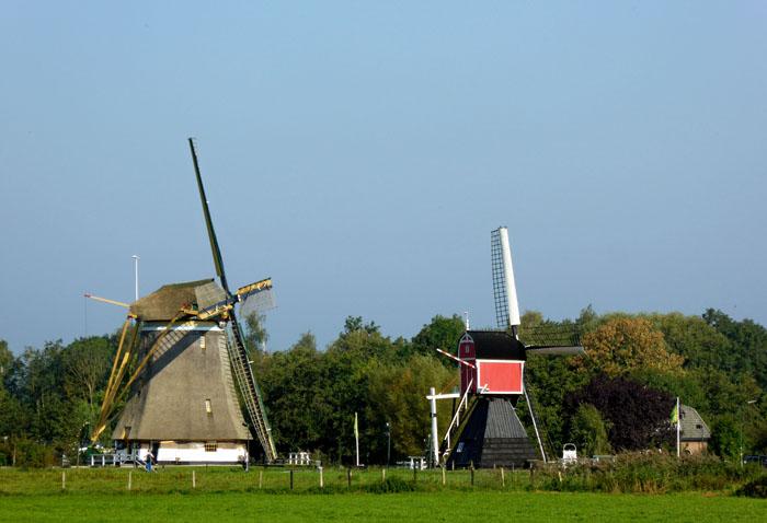 Foto van twee windmolens