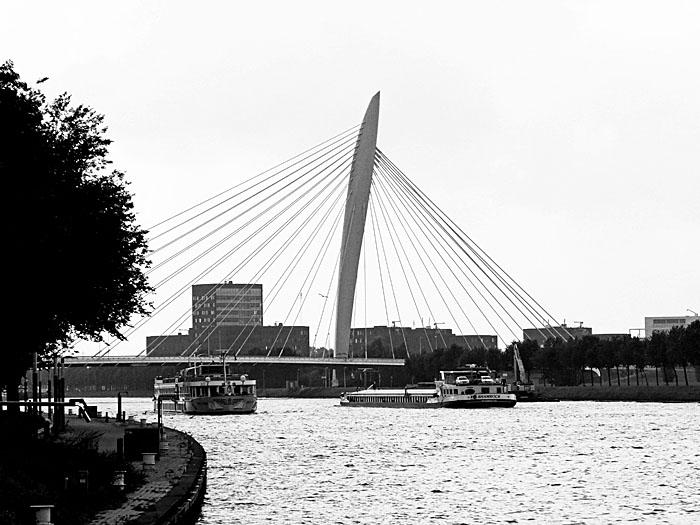 Foto van brug over kanaal met twee boten