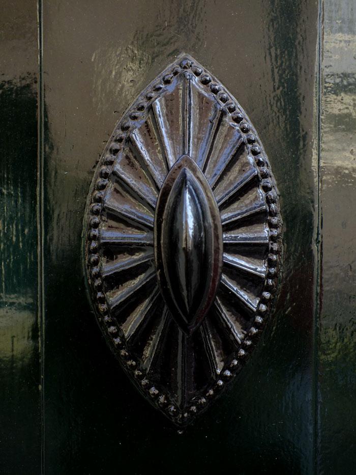 Foto van versiering op donkere houten deur